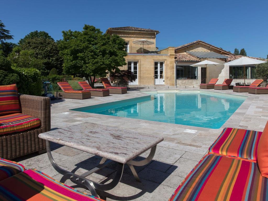 Château du Palanquey & SPA swimming pool lounge